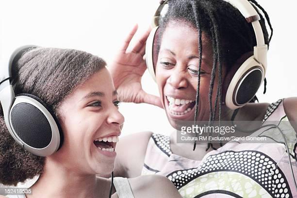 mother and daughter in headphones - sigrid gombert fotografías e imágenes de stock