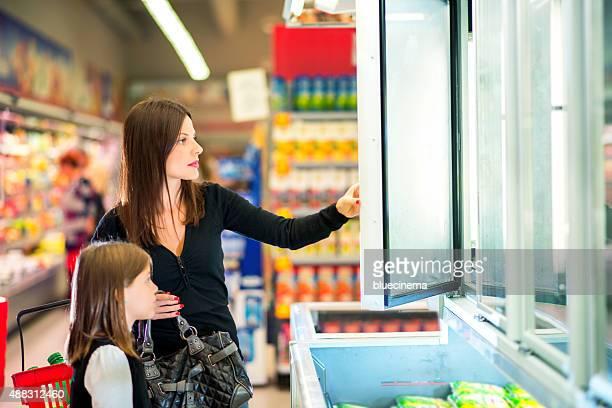 Mère et fille dans un supermarché de produits glacés