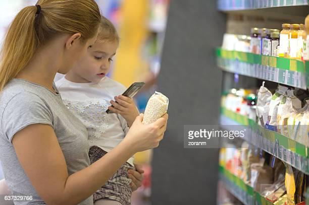 Mutter und Tochter in Supermarkt