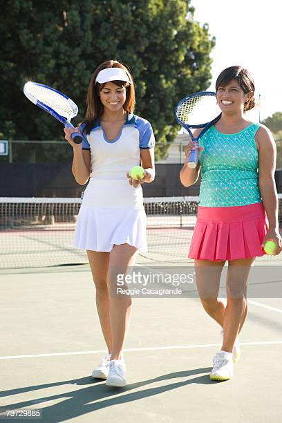 """""""mother and daughter in tennis court, smiling"""" - ヘアバンド ストックフォトと画像"""