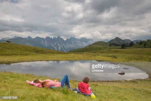 Mutter und Tochter in die Gebirge