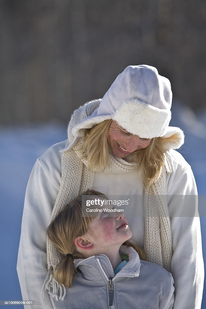 Mother and daughter (8-9) in winter clothes, outdoors : Stockfoto