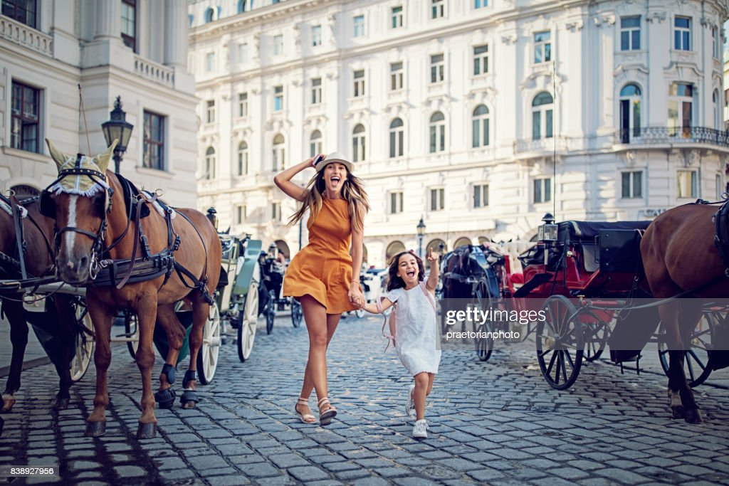 Mutter und Tochter macht sich lustig auf der Straße : Stock-Foto