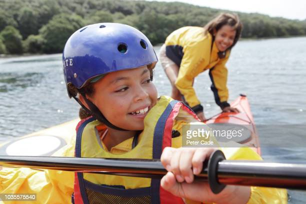 mother and daughter kayaking - weekend activities stock pictures, royalty-free photos & images