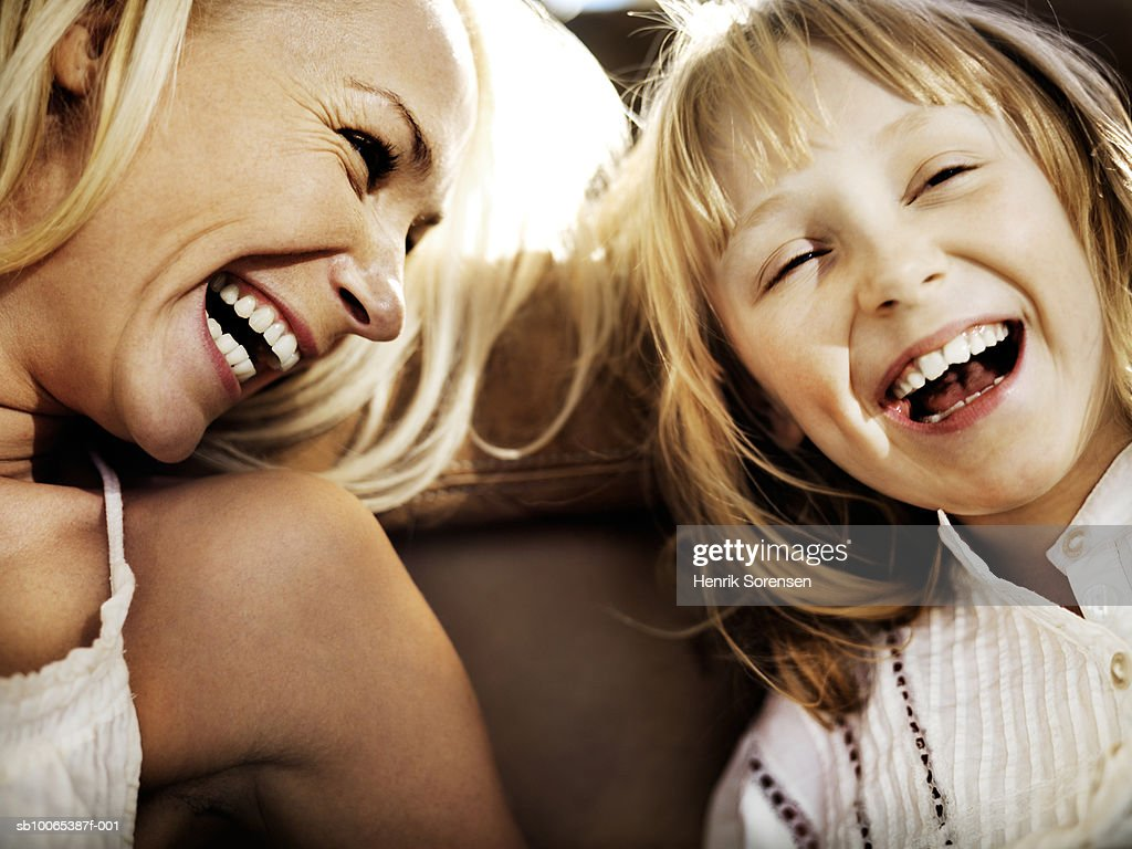 Mother and daughter (6-7) laughing, close-up : Foto stock