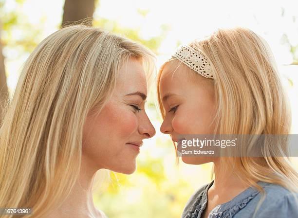 Mère et fille rire ensemble