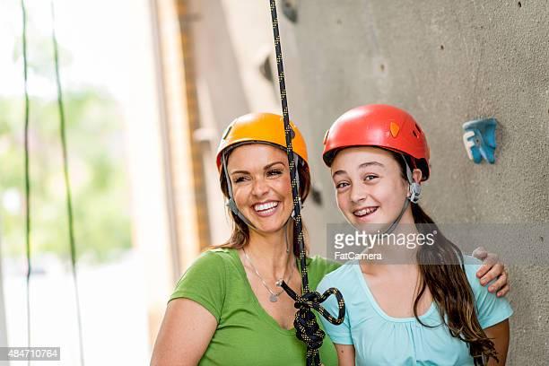 Mutter und Tochter lachen zusammen