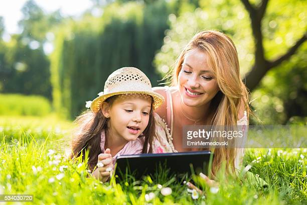 母と娘の花輪デジタルタブレットグラスを使用しています。