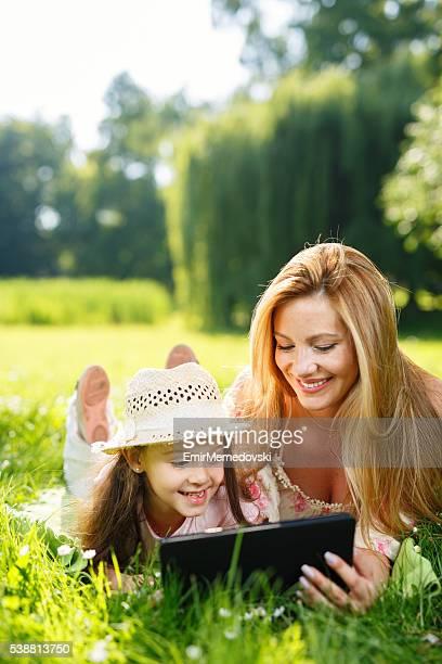 母と娘にとめデジタルタブレットグラスを使用しています。