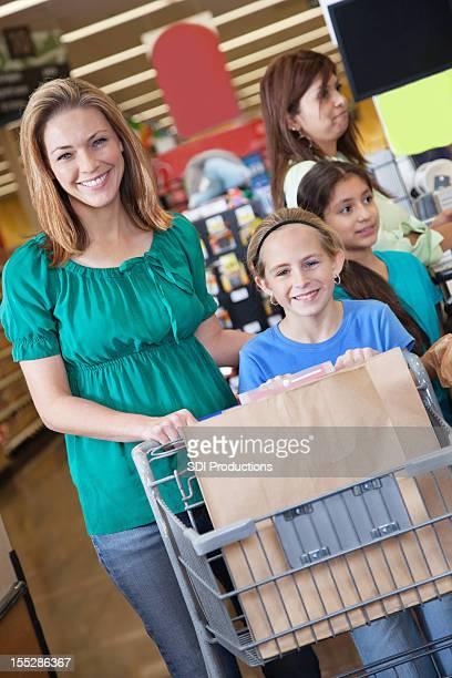 母と娘出発グローサリーストア、ショッピングカートの中身