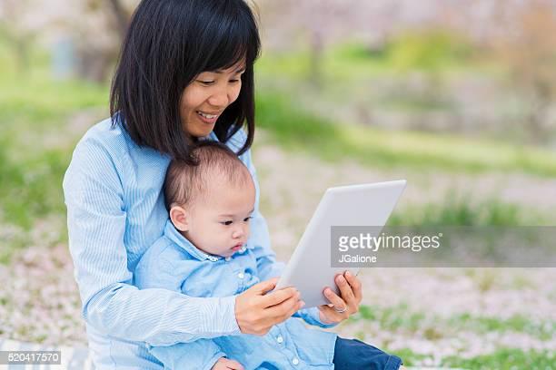 Mutter und Tochter Blick auf einem digitalen tablet