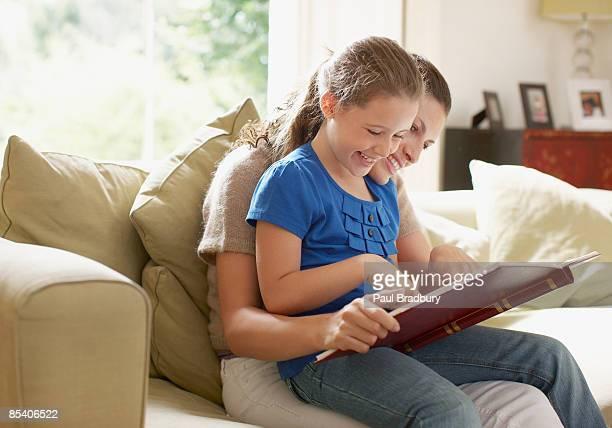 Madre e hija mirando el álbum de fotografías