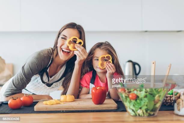 母親和女兒翻閱辣椒片 - mom flirting 個照片及圖片檔