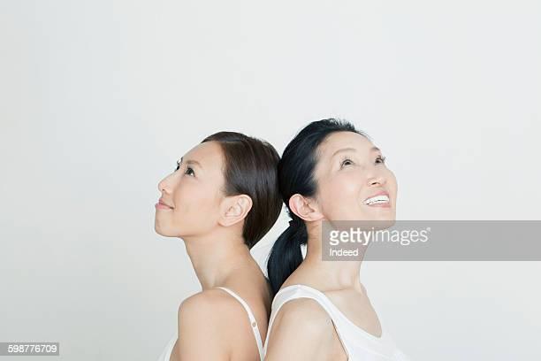 mother and daughter looking up - cami fotografías e imágenes de stock