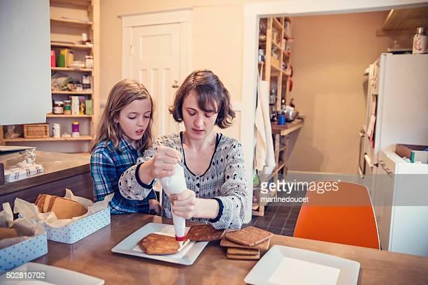 """mutter und tochter machen einen lebkuchenhaus ganz wie zu hause fühlen. - """"martine doucet"""" or martinedoucet stock-fotos und bilder"""