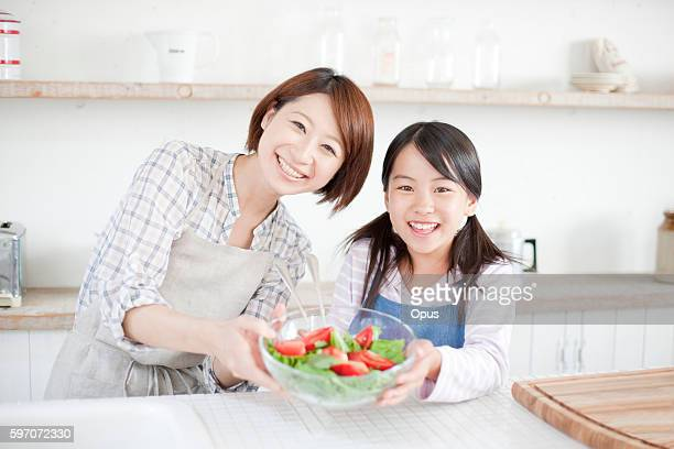 mother and daughter making salad, hyogo prefecture, honshu, japan - exclusivamente japonés fotografías e imágenes de stock