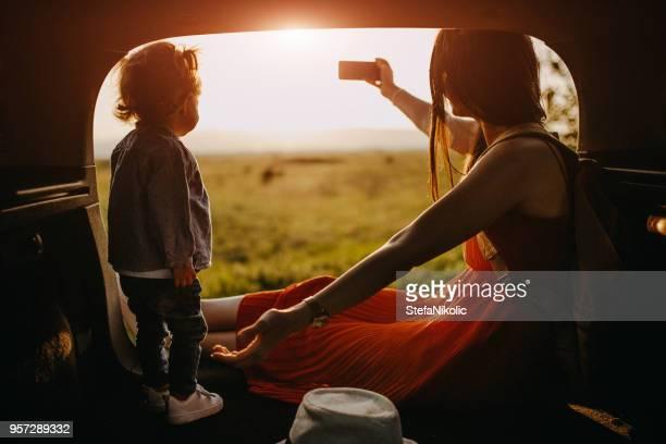 Mutter und Tochter auf einem Roadtrip unter selfie
