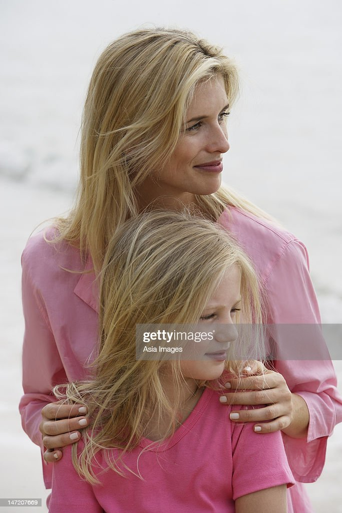 Mother and daughter on beach : Foto de stock