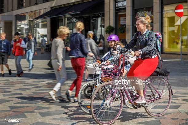 mãe e filha de bicicleta - dinamarca - fotografias e filmes do acervo