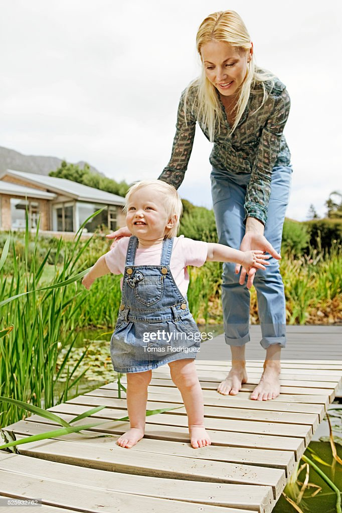 Mother and daughter (12-23 months) on jetty : Foto de stock