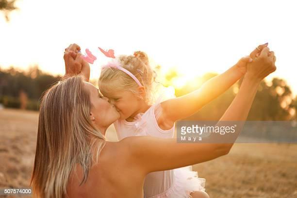Mère et fille en plein air dans une prairie.