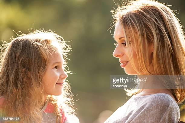 母と娘の屋外ポートレート