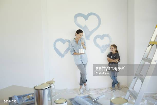 Mutter und Tochter Malerei blauen Herz an der Wand