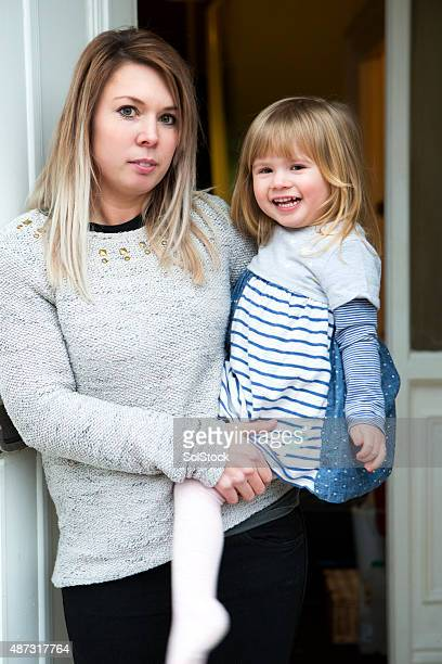 mother and daughter - armoede stockfoto's en -beelden