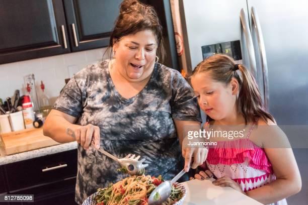 mère et fille  - chubby arab photos et images de collection