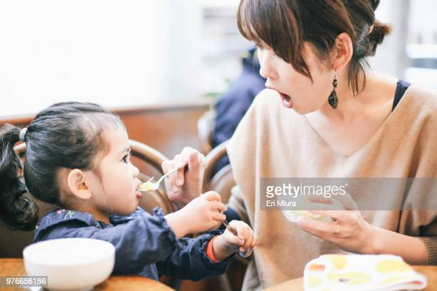 mother and daughter - 食事 ストックフォトと画像