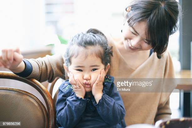 mother and daughter - nur japaner stock-fotos und bilder