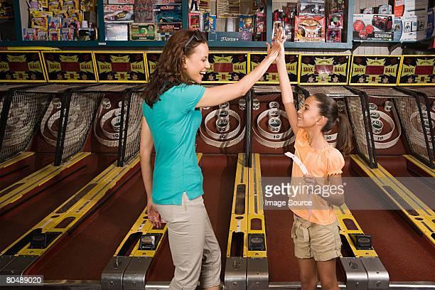 Mutter und Tochter spielen arcade game