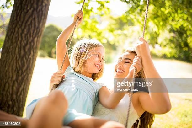 Mutter und Tochter spielen zusammen, in einem park
