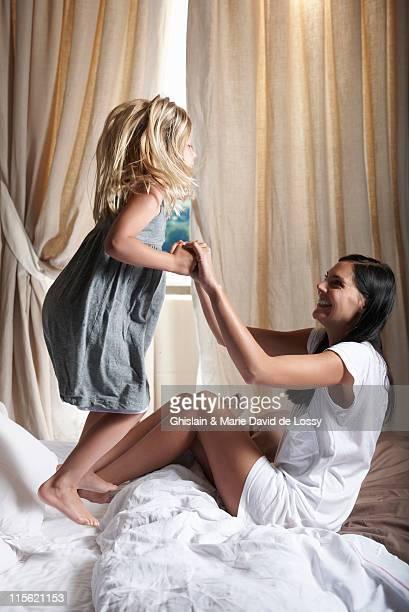 母と娘がベッドの