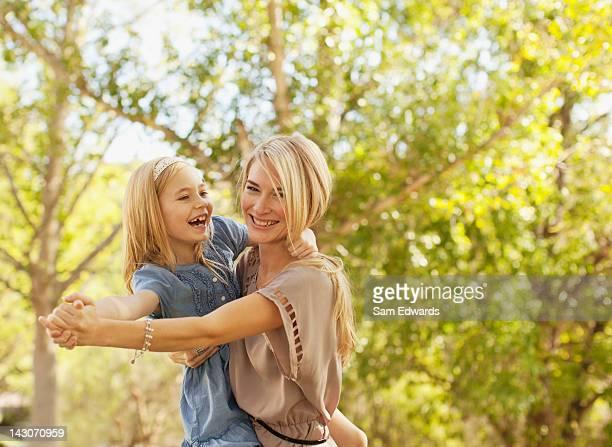 Mãe e filha a tocar ao ar livre