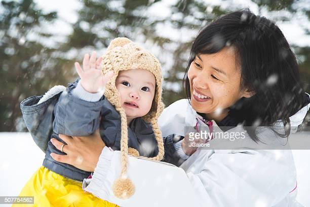 母と娘雪の中外遊び