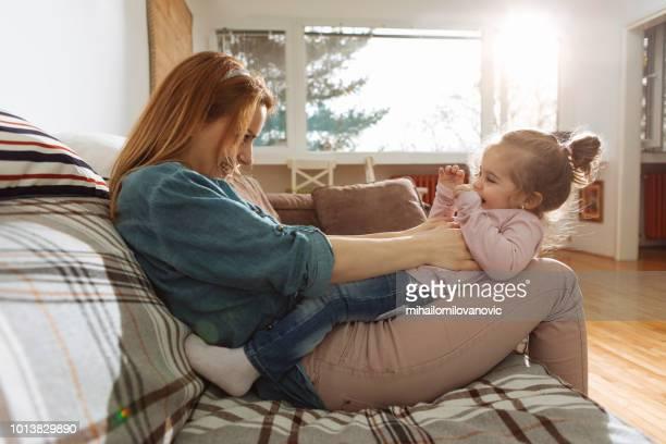 mãe e filha brincar - fazendo cócegas - fotografias e filmes do acervo