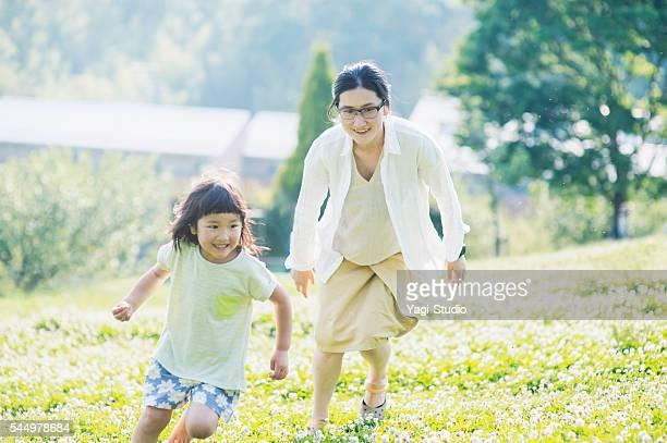 公園で一緒に遊ぶ母と娘 - 4歳から5歳 ストックフォトと画像