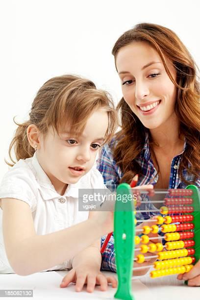 Mutter und Tochter spielen.