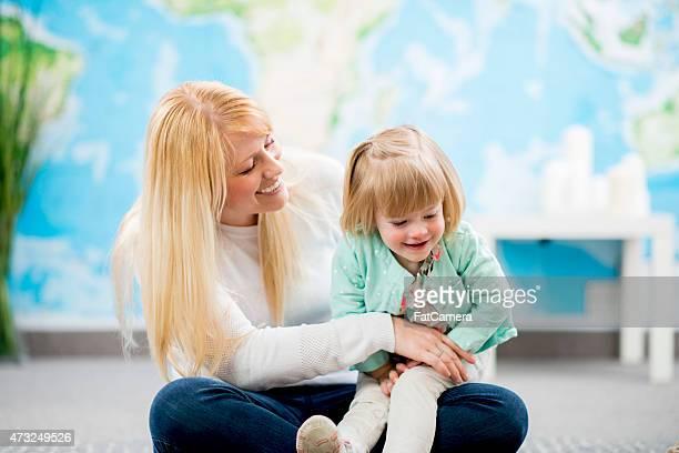 Mãe e filha brincando juntos