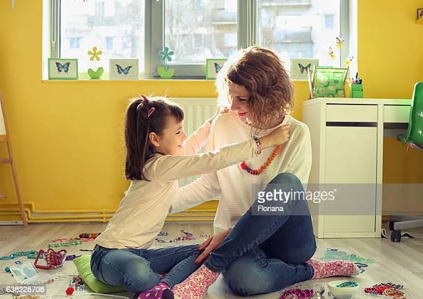 mãe e filha jogando juntos - colar - fotografias e filmes do acervo