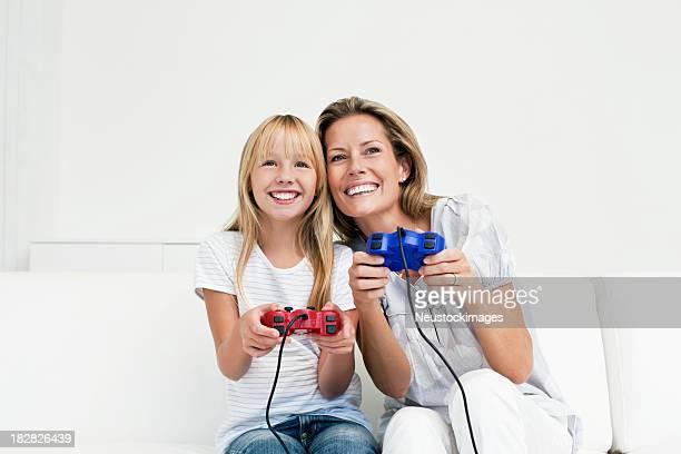 Mère et fille jouant des jeux vidéo