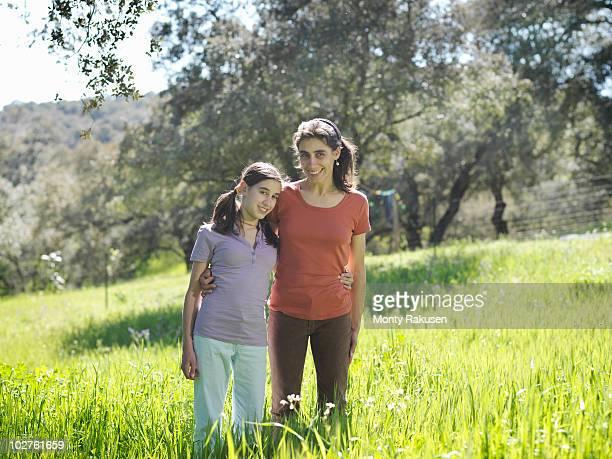 mother and daughter portrait - fille de 12 ans photos et images de collection