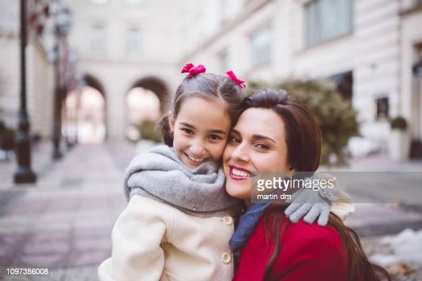 mutter und tochter porträt - kindertag stock-fotos und bilder