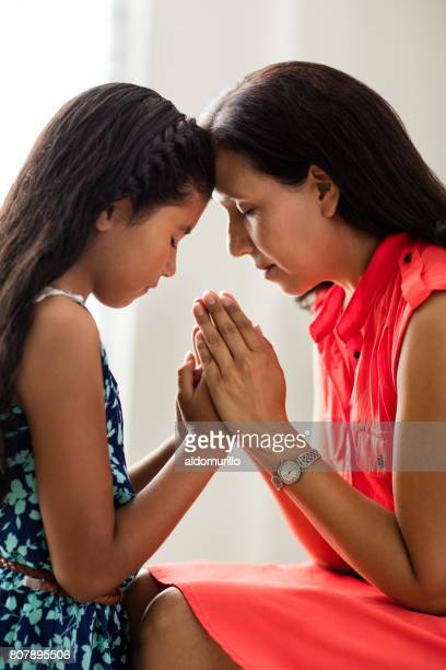 Madre e hija orar cara a cara