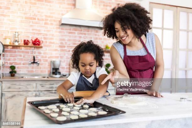 Madre e hija preparar galletas caseras