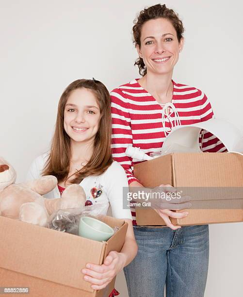 mother and daughter (10-11 years) preparing to moving out, portrait - 30 34 years fotografías e imágenes de stock