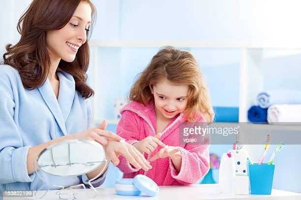 Mutter und Tochter setzen auf hand cream Feuchtigkeitscreme.