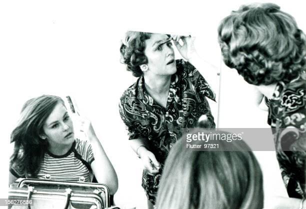 母と娘でパッティングのメイクアップミラー、ヴィンテージ - 1966年 ストックフォトと画像