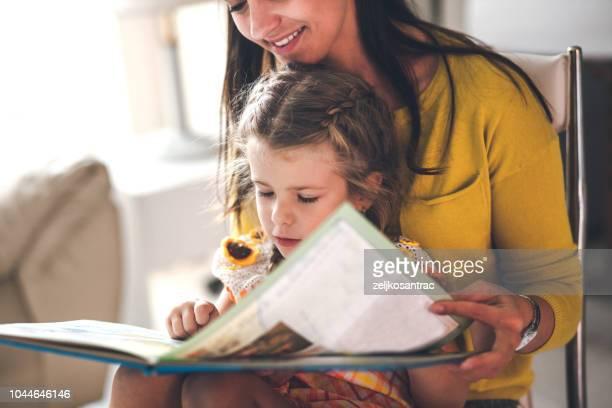 mor och dotter läsebok grupp - historia bildbanksfoton och bilder